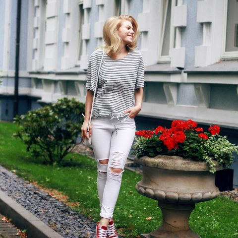 Outfit: Striped top & ripped jeans