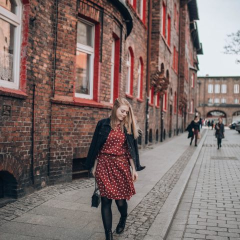 Czerwona sukienka w groszki | CARRY