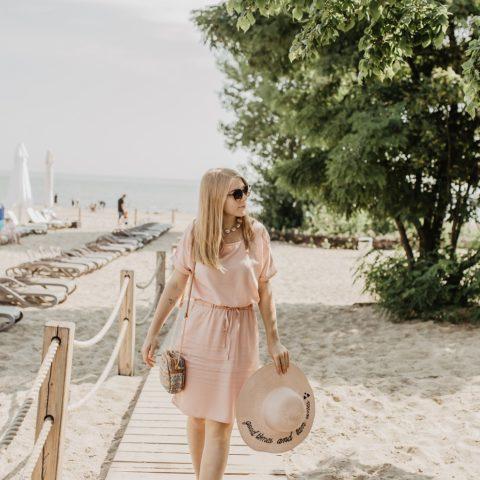 Pudrowa Wiosenna sukienka Stylizacja w Sopocie