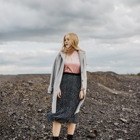 Granatowa spódniczka w kropki i pudrowa bluzka-stylizacja CARRY