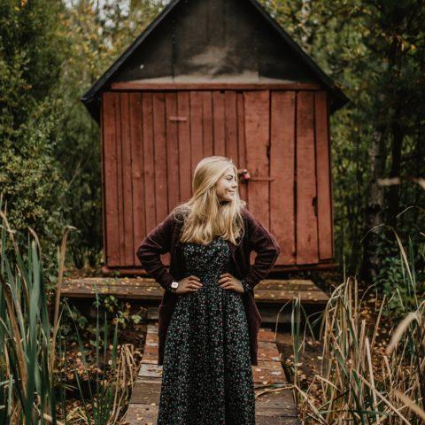 Sukienka idealna na jesień! Stylizacja na chłodniejsze dni – CARRY