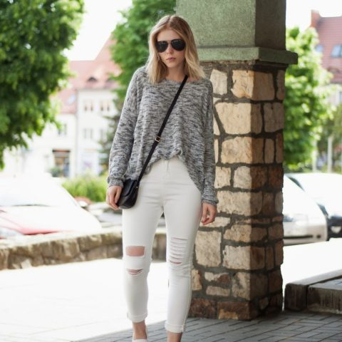 Outfit: White ripped jeans & oversize sweater
