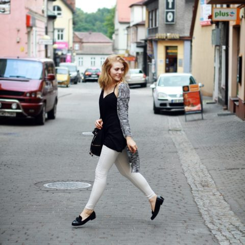 Outfit: White jeans & long gray cardigan