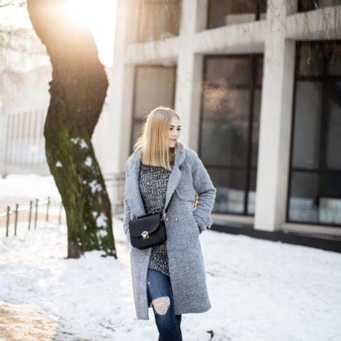 Postaw na klasykę – szary płaszcz