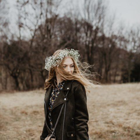Wiosenna stylizacja z sukienką w kwiaty | CARRY