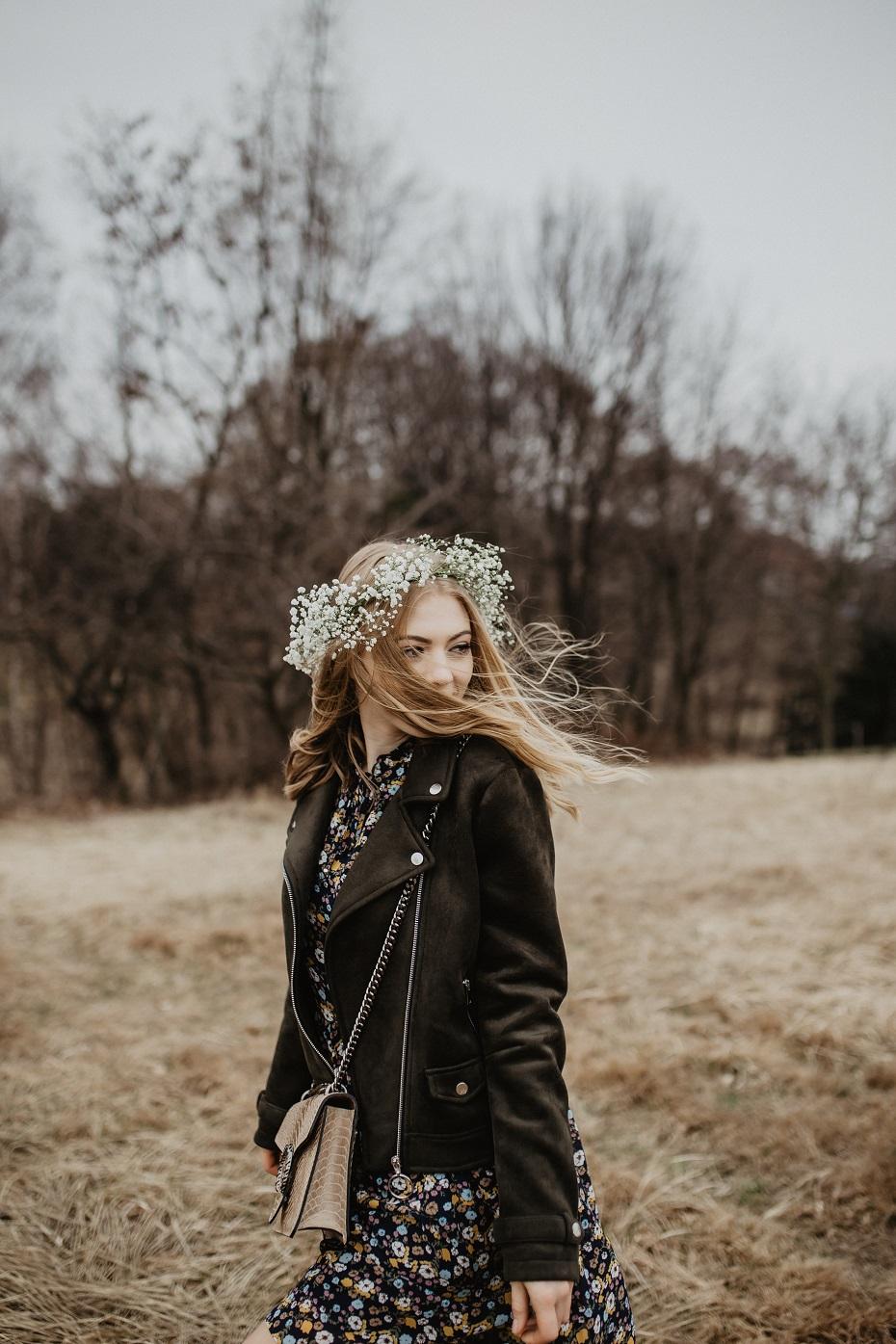 Wiosenna stylizacja z sukienką w kwiaty