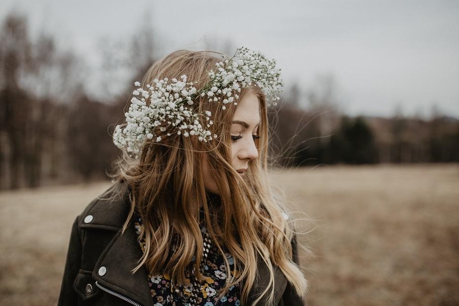 sukienka w kwiaty dodatki