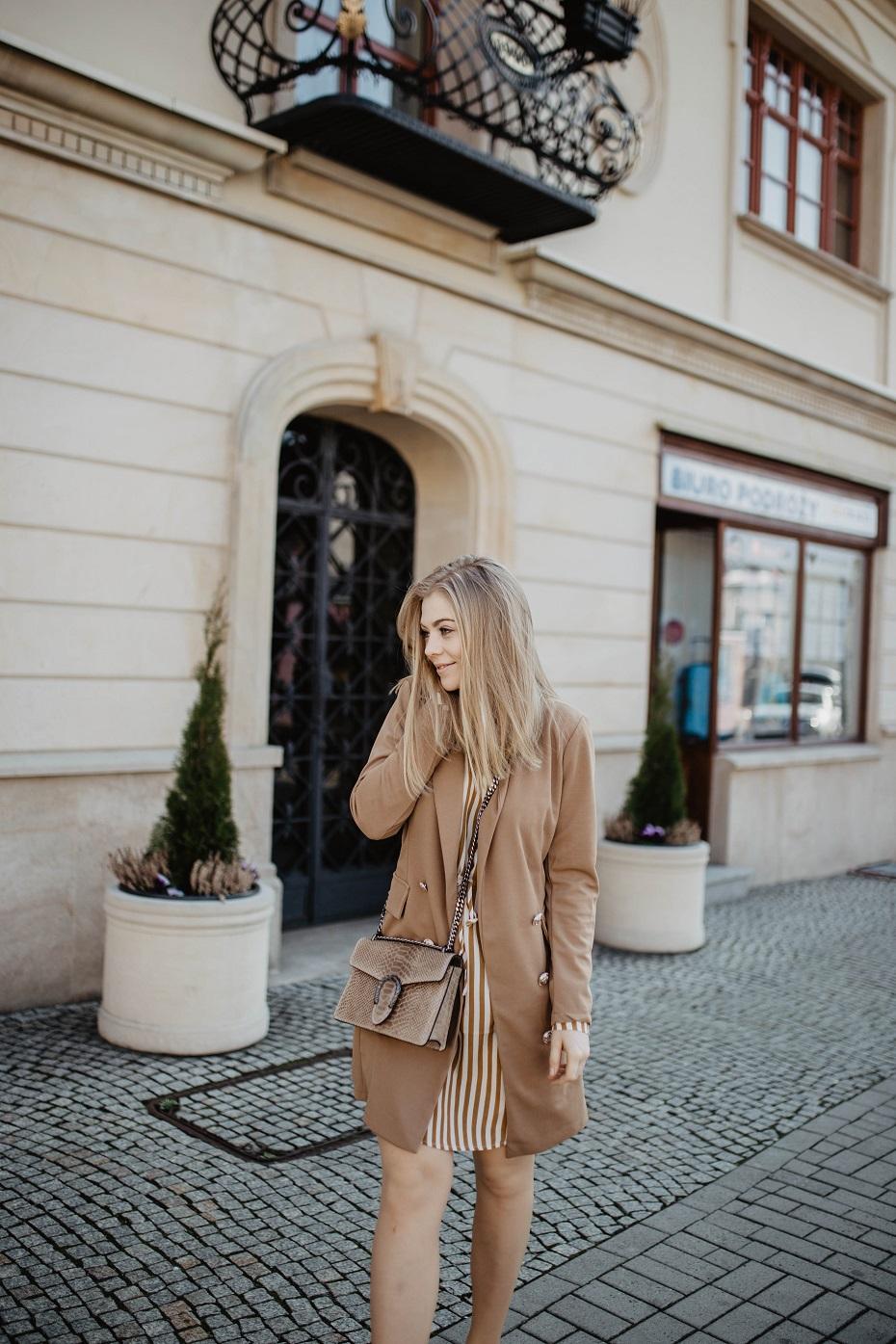 Sukienka beżowa w pasy