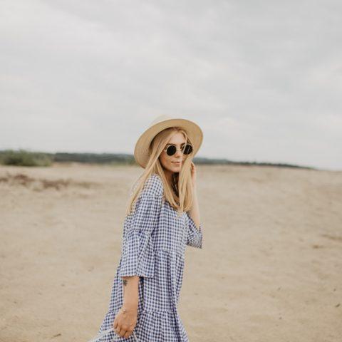 Błękitna sukienka w kratę i słomiany kapelusz | CARRY