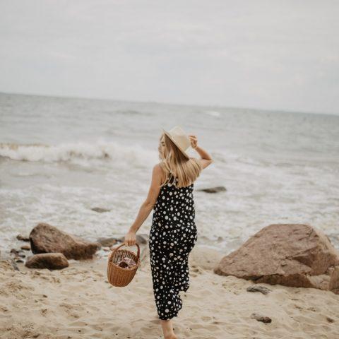 Czarna sukienka w kropki CARRY i zdjęcia z Gdyni – Orłowo