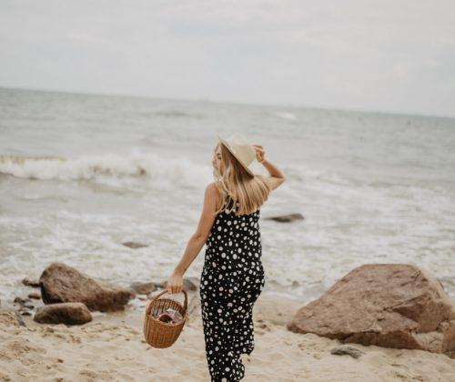 czarna sukienka w kropki,