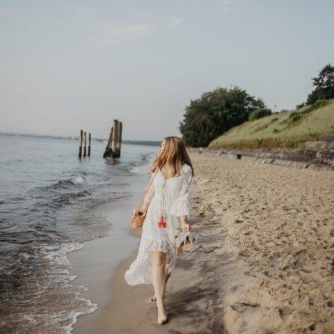 Koronkowa sukienka w letniej stylizacji