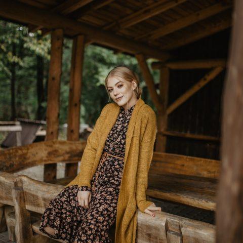 Jesienny kardigan i sukienka w kwiaty – CARRY