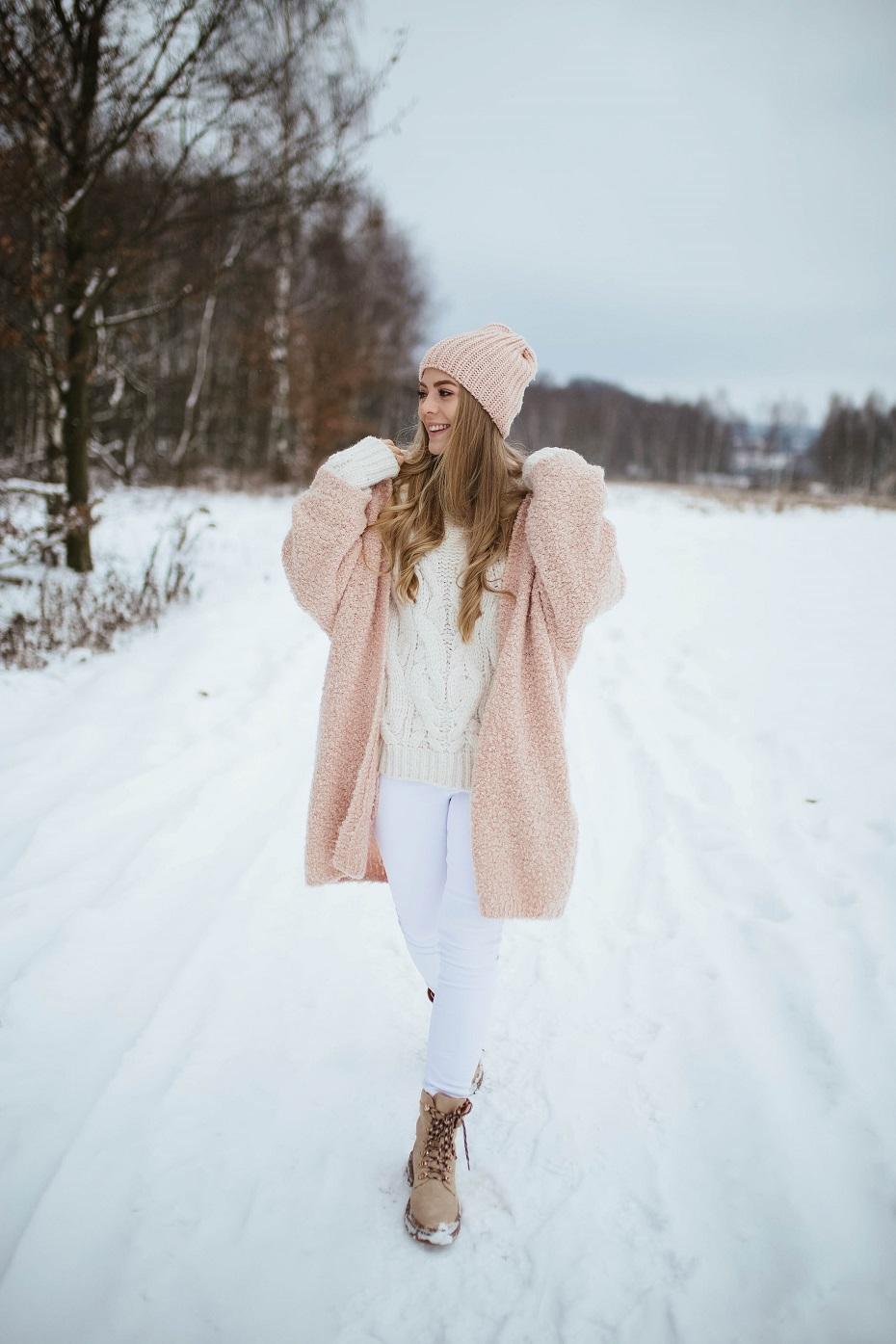 Pudrowy płaszcz damski