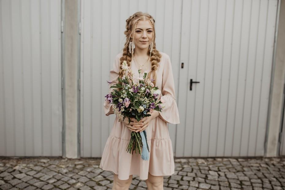 Pudrowa sukienka midi